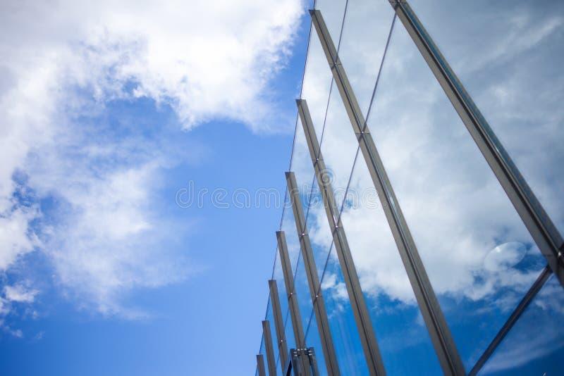 Voorgevel van de bouw van het glasbureau, de mening van bottom up royalty-vrije stock afbeelding