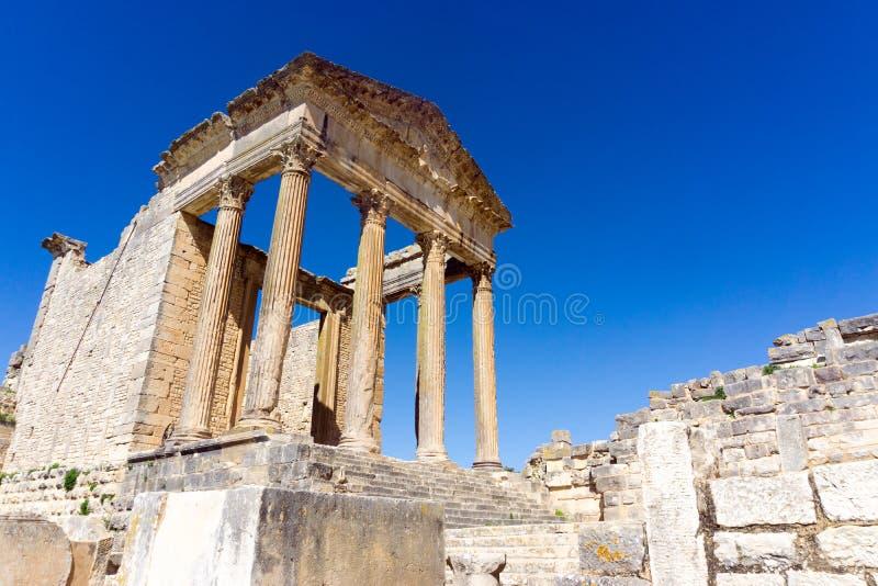 Voorgevel van de Capitooltempel in Dougga, Tunesië stock afbeelding