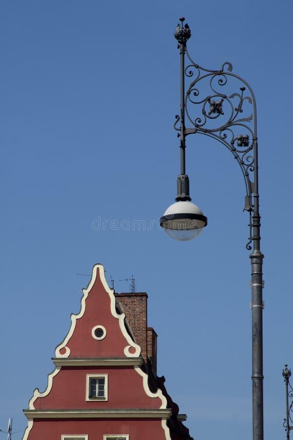 Voorgevel van de historische bouw in stadscentrum van Wroclaw, Polen stock fotografie