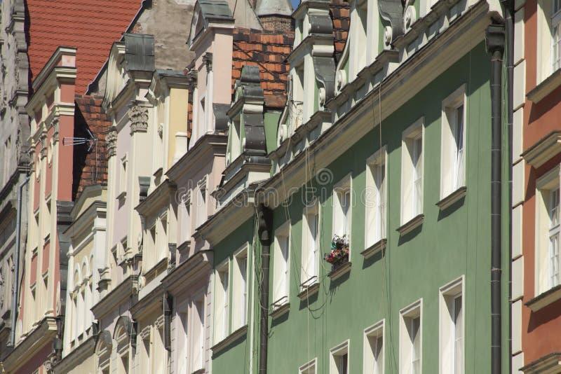Voorgevel van de historische bouw in stadscentrum van Wroclaw, Polen stock foto
