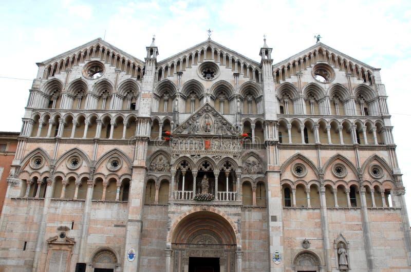 Voorgevel van de kathedraal van Ferrara royalty-vrije stock afbeeldingen