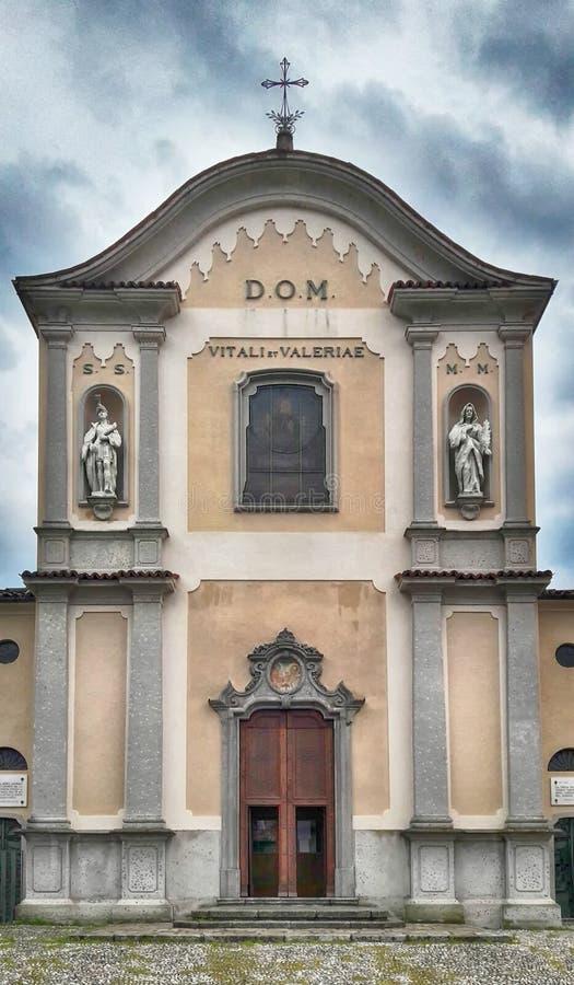 Voorgevel van de Kerk van Olate, Lecco, Lombardije, Italië royalty-vrije stock afbeelding