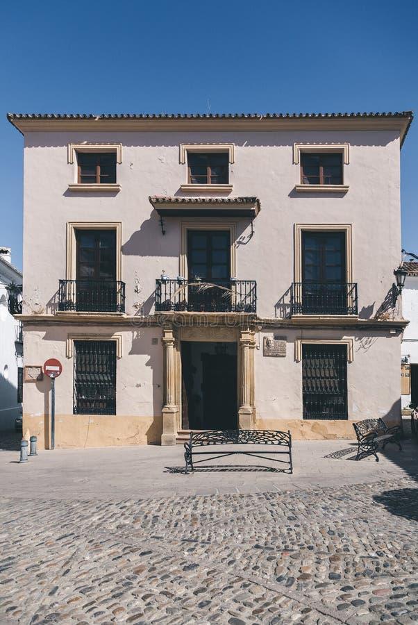 voorgevel van de kleine Spaanse bouw onder stock afbeelding