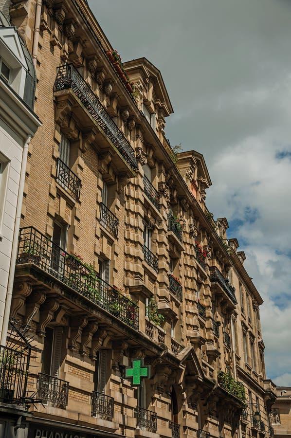 Voorgevel van de oude typische bouw met balkons, vensters en zonnige dag in Parijs royalty-vrije stock afbeeldingen