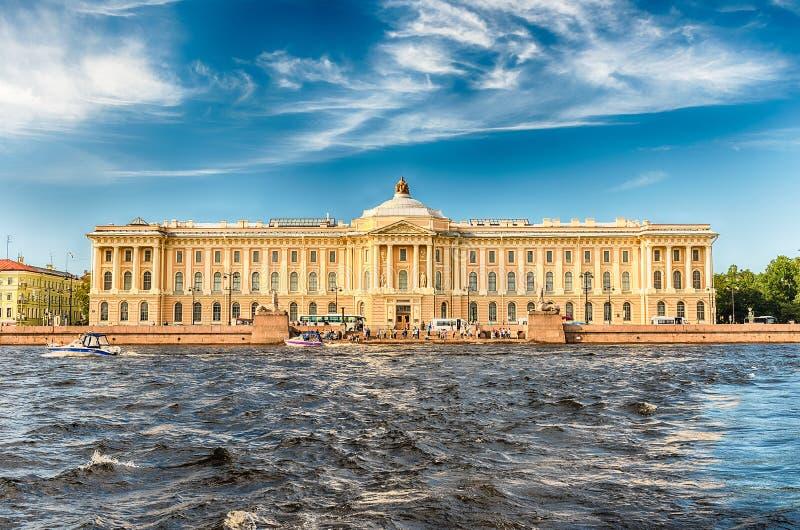 Voorgevel van de Russische Academie van Kunsten, St. Petersburg, Rusland stock afbeeldingen