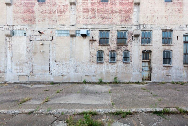Voorgevel van de verlaten bouw met vensters en deur, in Davenport, Iowa, de V.S. royalty-vrije stock afbeelding