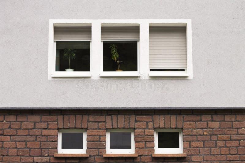 Voorgevel van een Duits huis met zes vensters stock foto's