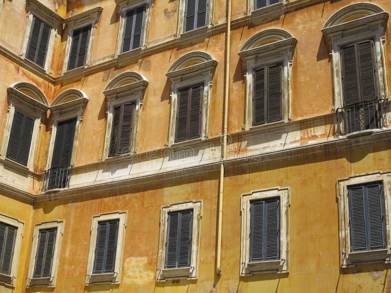 Voorgevel van een klassiek gebouw in het historische centrum van Rome, royalty-vrije stock afbeelding