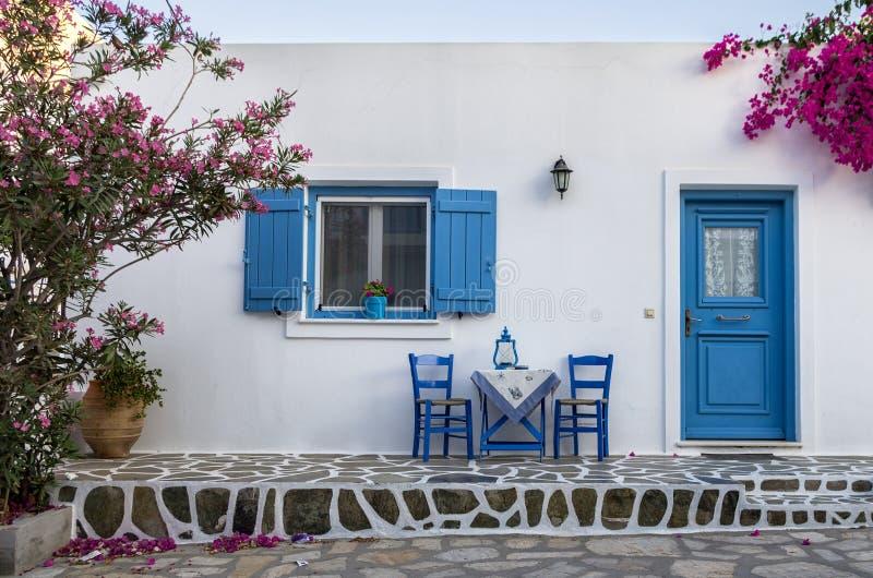 Voorgevel van een klein traditioneel huis in Antiparos-eiland stock foto's