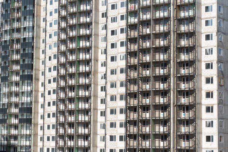 Voorgevel van een nieuwe woningbouw met meerdere verdiepingen architectuur van de moderne stad stock afbeelding