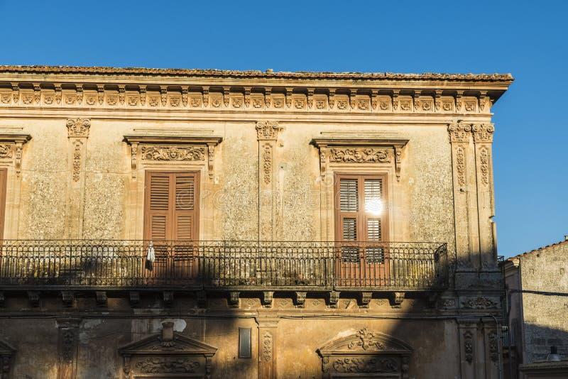 Voorgevel van een oud gebouw in Ragusa, Sicilië, Italië royalty-vrije stock foto