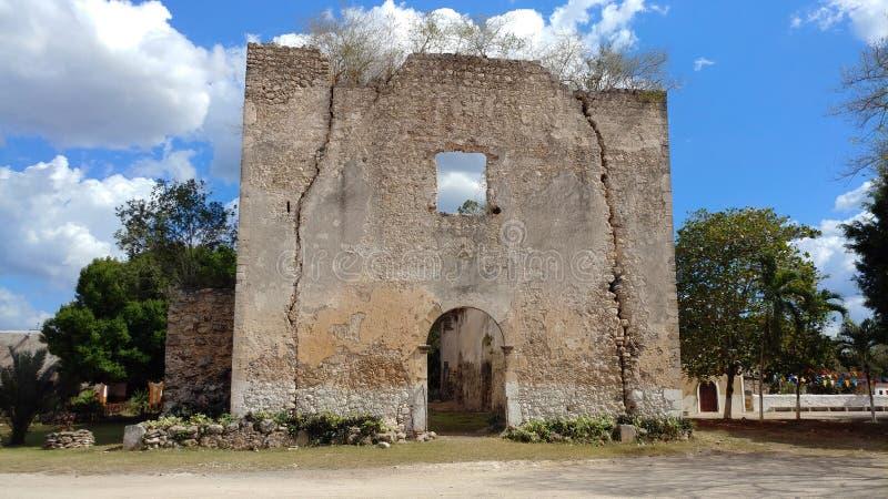 Voorgevel van een oude kerkruïnes, Mexico stock foto's