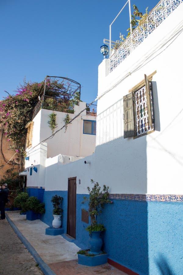 Voorgevel van een traditioneel huis met geschilderde blauwe muren royalty-vrije stock foto