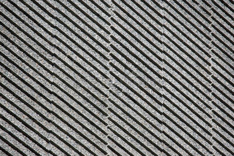 Voorgevel van het gebouw in een hellende grijze strook stock foto