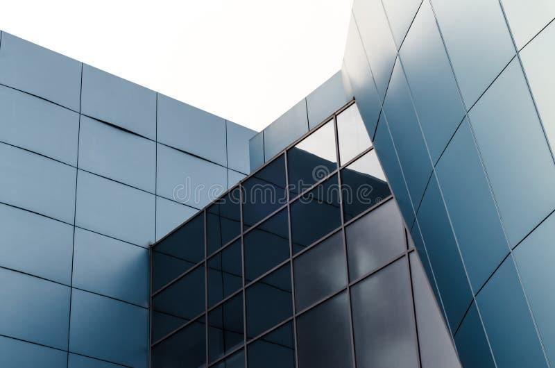 Voorgevel van het gebouw met blauwe panelen en weerspiegelende oppervlakten royalty-vrije stock afbeelding