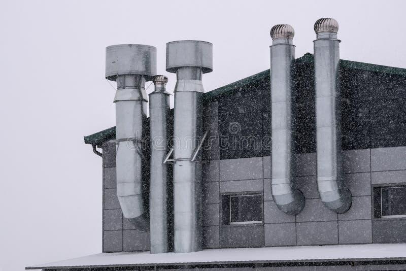 Voorgevel van het gebouw met ventilatie in de winter stock foto