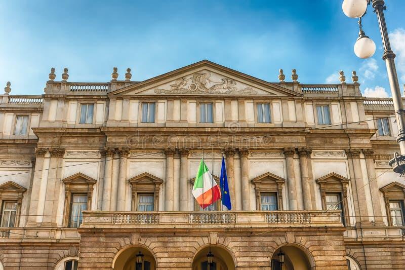Voorgevel van het huis van de La Scalaopera in Milaan, Italië stock foto's