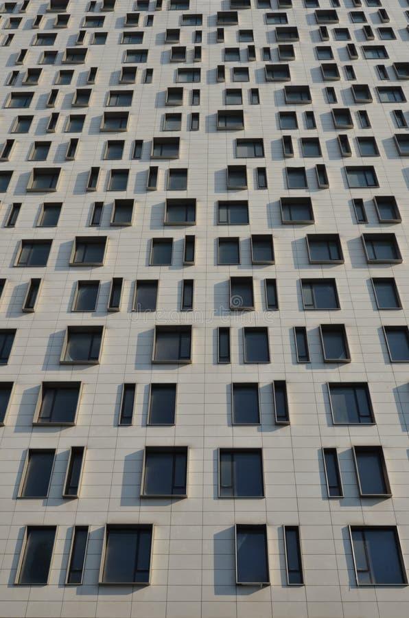 Voorgevel van het moderne bureaugebouw, vensterspatroon royalty-vrije stock afbeelding