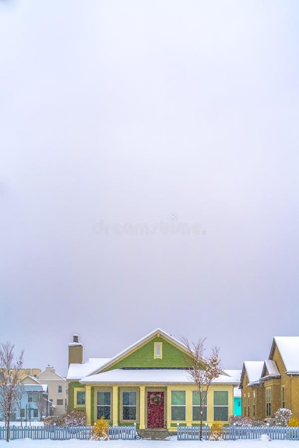 Voorgevel van huis tegen enorme hemel die in de winter wordt bekeken stock afbeeldingen