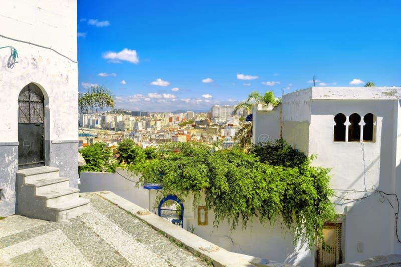 Voorgevel van huizen in medinadistrict in Tanger Marokko, Noord-Afrika stock foto