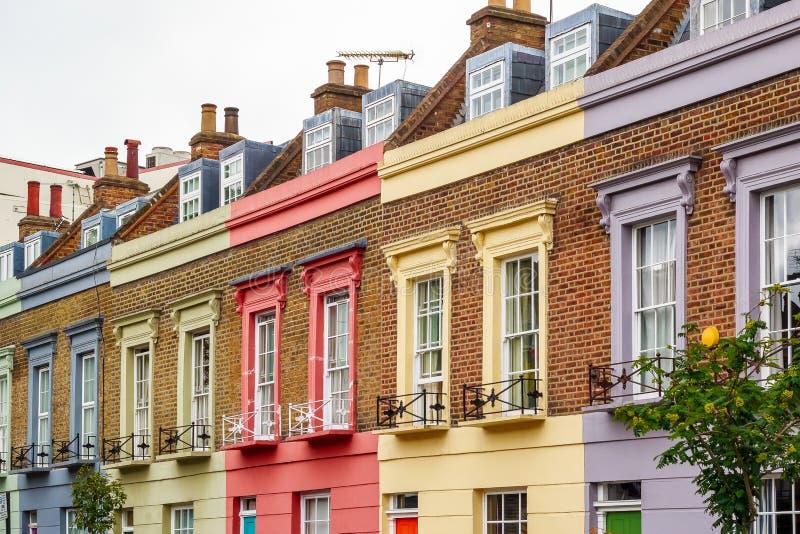 Voorgevel van kleurrijke terrashuizen in Camden Town, Londen stock afbeelding