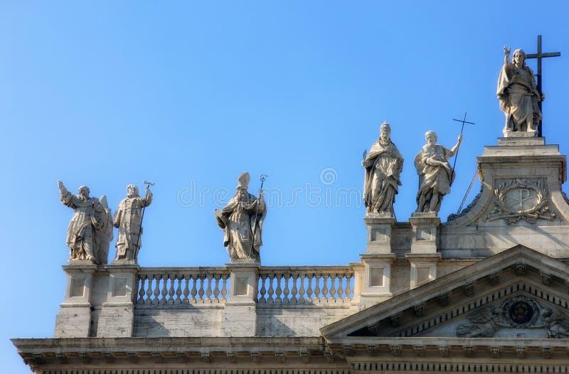 Voorgevel van mooie oude middeleeuwse Italiaanse Katholieke Kathedraal in klassieke stijl met marmeren standbeelden op cruse in R stock fotografie