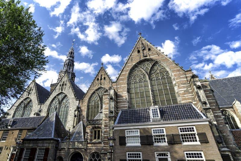 Voorgevel van Oude Kerk of Oude Kerk in Amsterdam, Nederland royalty-vrije stock afbeeldingen