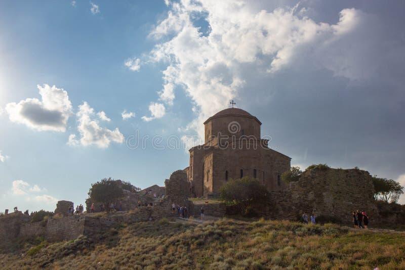Voorgevel van oude orthodoxe kerk Jvari in Georgië stock fotografie