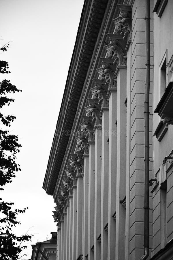 Voorgevel van van oude Stalinist architectuur woningbouw Kirovstraat royalty-vrije stock afbeelding