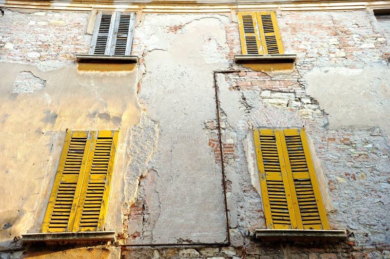 Voorgevel van ouderwets huis in centrum van Rome, Italië royalty-vrije stock fotografie