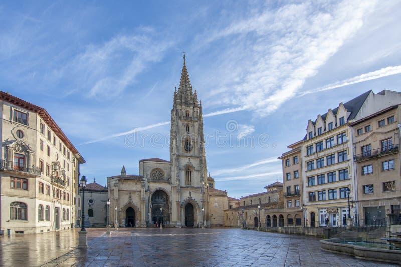Voorgevel van Oviedo Kathedraal in dagtijd Asturias, Spanje royalty-vrije stock afbeelding