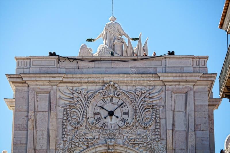 Voorgevel van Rua Augusta Triumphal Arch met zijn wijzerplaat stock foto's