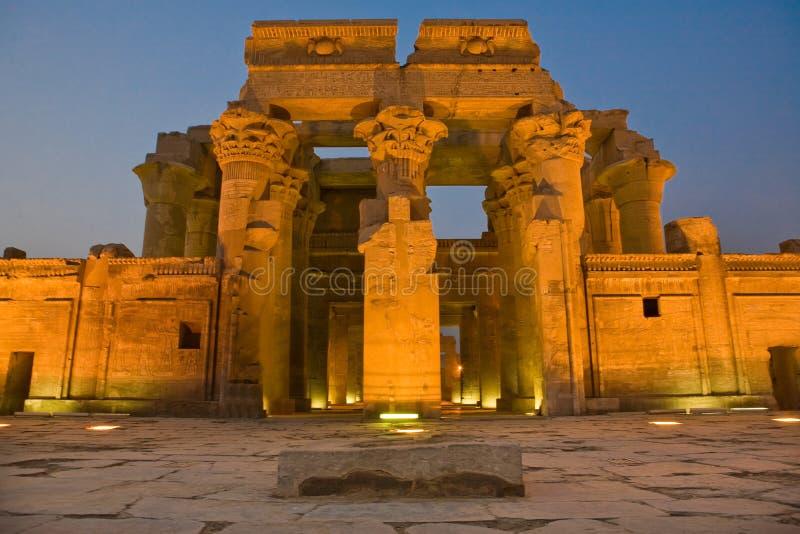 Voorgevel van 's nachts de Tempel van Kom Ombo stock foto's