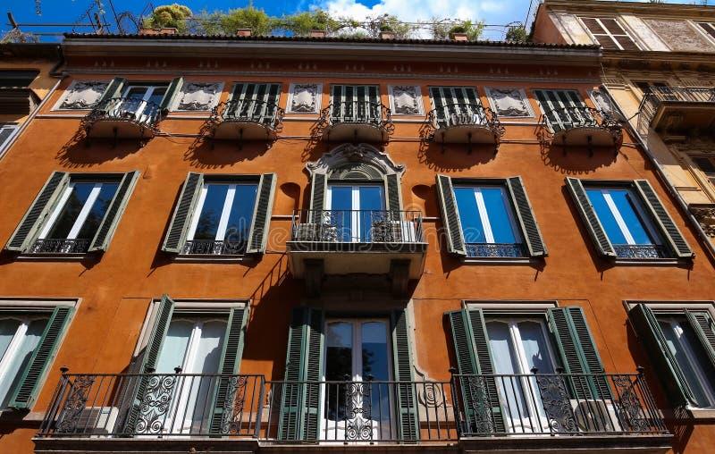 Voorgevel van traditioneel kleurrijk Europees Italiaans flatgebouw in Rome, Italië stock foto