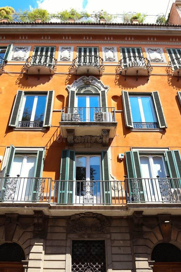 Voorgevel van traditioneel kleurrijk Europees Italiaans flatgebouw in Rome, Italië royalty-vrije stock afbeeldingen