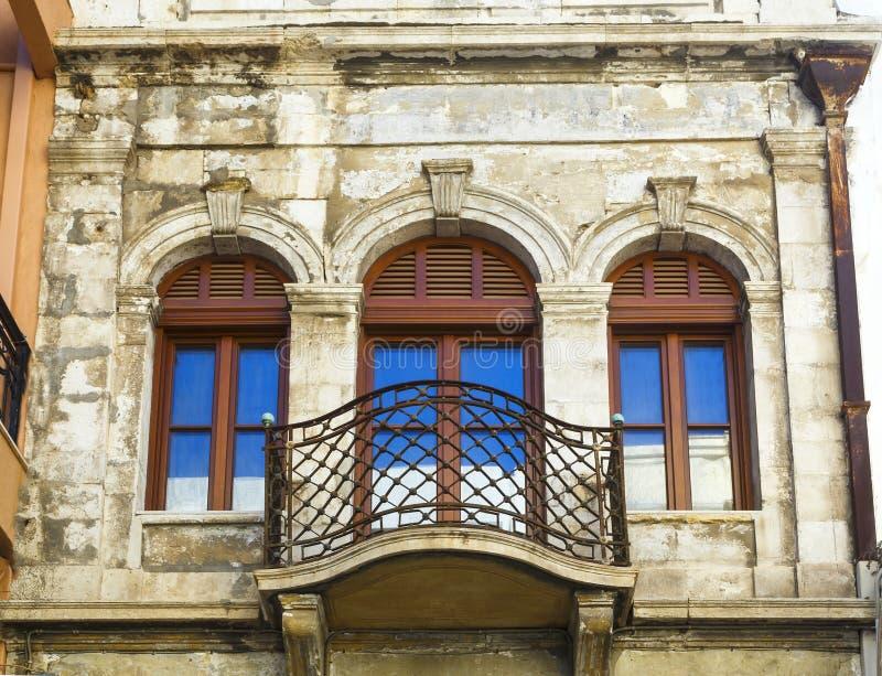 Voorgevel van traditioneel kleurrijk Europees Italiaans flatgebouw in stedelijke oude de stadsstraat van Heraklion de stad in, Gr stock foto's