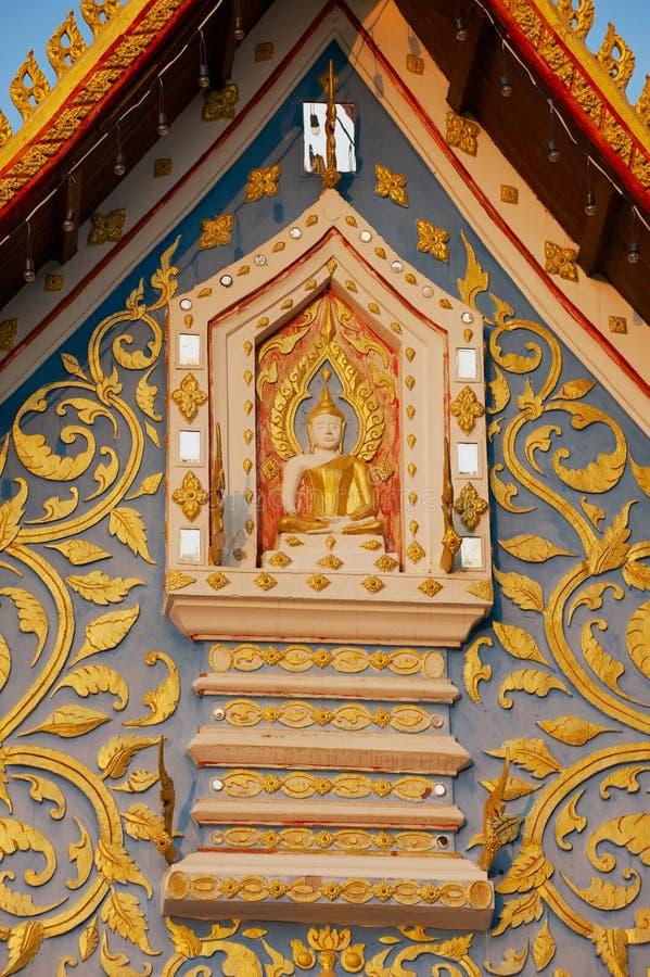Voorgeveldetail van de Wat Sri Khun Mueang-tempel in Chiang Khan, Thailand stock afbeeldingen