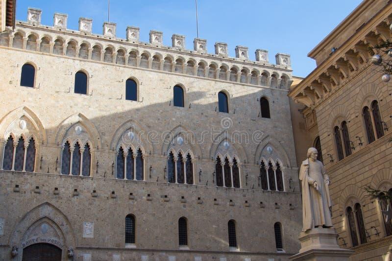 Voorgeveldetail van het Salimbeni-Paleis, Banca Monte dei Paschi di Siena Siena, Toscanië, Italië royalty-vrije stock foto's