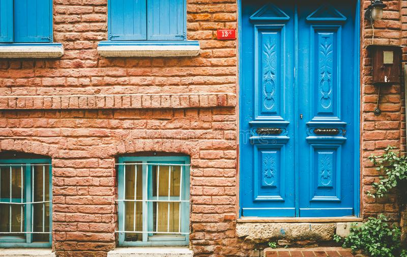 Voorgevelmening van het uitstekende huis van de stijl oude rode bakstenen muur royalty-vrije stock foto's