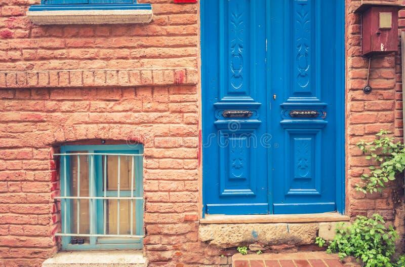 Voorgevelmening van het uitstekende huis van de stijl oude rode bakstenen muur royalty-vrije stock foto