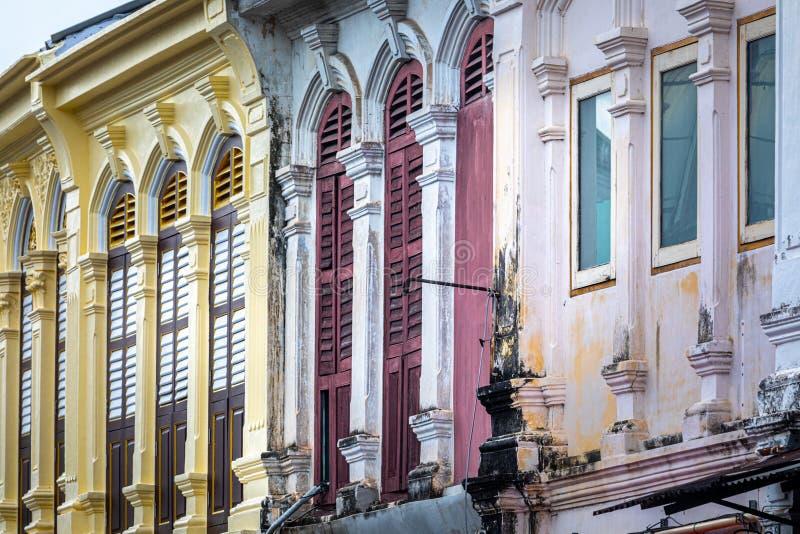 Voorgevelperspectief van oude gebouwen Kleurrijke voorgevel, overspannen vensters in antieke stijl royalty-vrije stock afbeelding