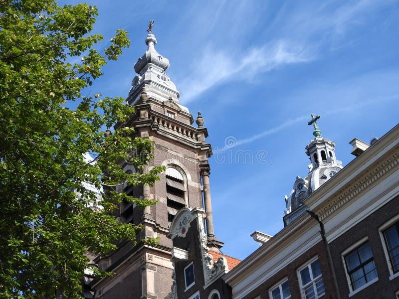 Voorgevels en architectuur van gebouwen in Amsterdam op een duidelijke dag stock foto