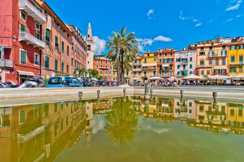 Voorgevels en torenklok in het belangrijkste vierkant van Lerici, Ligurië - Italië royalty-vrije stock foto's