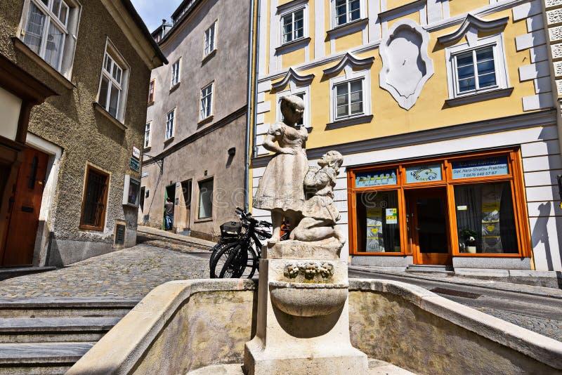 Voorgevels van huizen in Krems met een kleine fontein royalty-vrije stock foto's