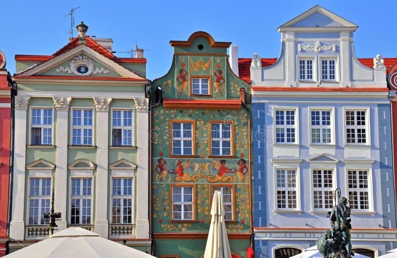 Voorgevels van huizen in Poznan stock foto's