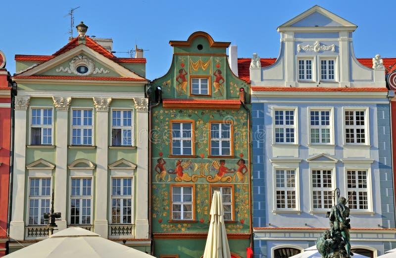 Voorgevels van huizen in Poznan stock foto