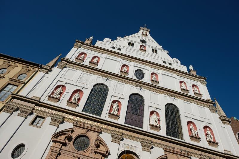 Voorgevelst Michael katholieke jesuitskerk in München Beieren stock afbeeldingen