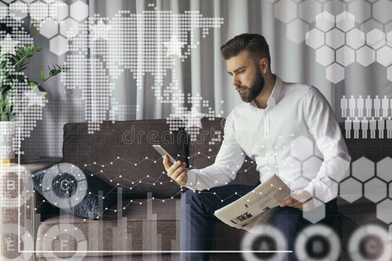 In voorgrond zijn virtuele grafieken, diagrammen, grafieken Mens die online blogging stock foto