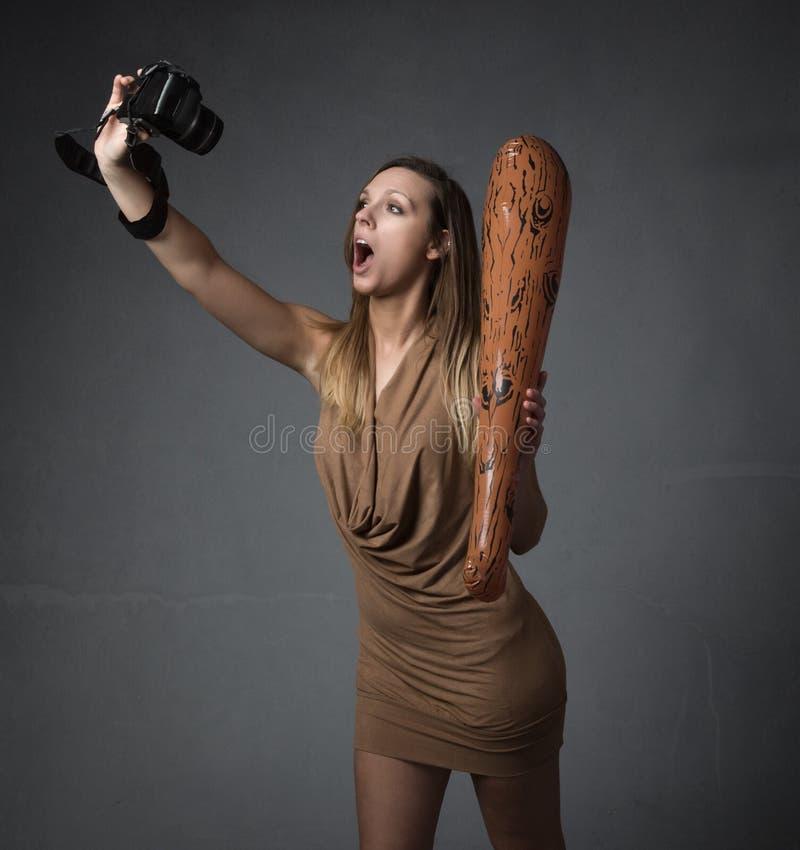 Voorhistorische vrouw met camera royalty-vrije stock afbeelding