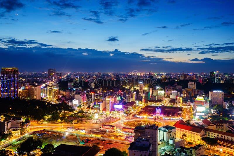 Voorkant van Ben Thanh-markt en de omgeving in schemering, Saigon, Vietnam stock afbeeldingen